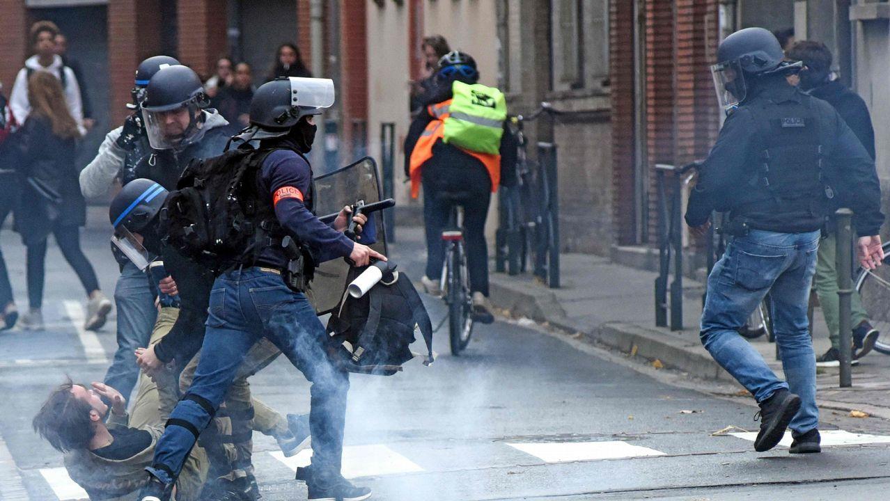 Disturbios en los barrios comerciales de París tras blindar la Policía los Campos Elíseos.Estudiantes de todo el país apoyaron a los detenidos el viernes en las protestas