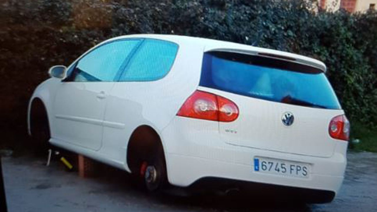 Furgoneta calcinada en el centro de Ourense.Estado en el que acabó el vehículo asaltado en Mieres la pasada madrugada