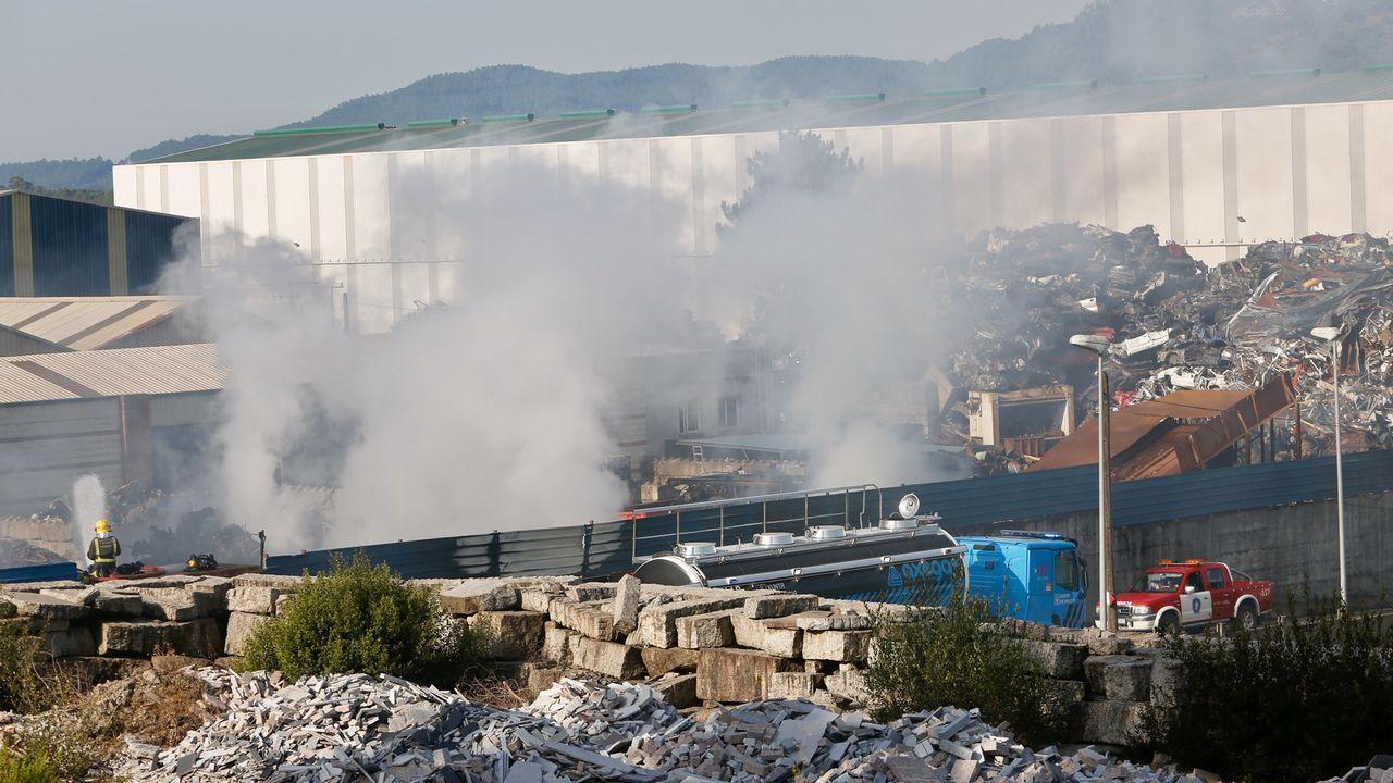 Bomberos de toda la provincia continuaban refrigerando este jueves el perímetro de la empresa Alumisel, en el polígono de A Granxa