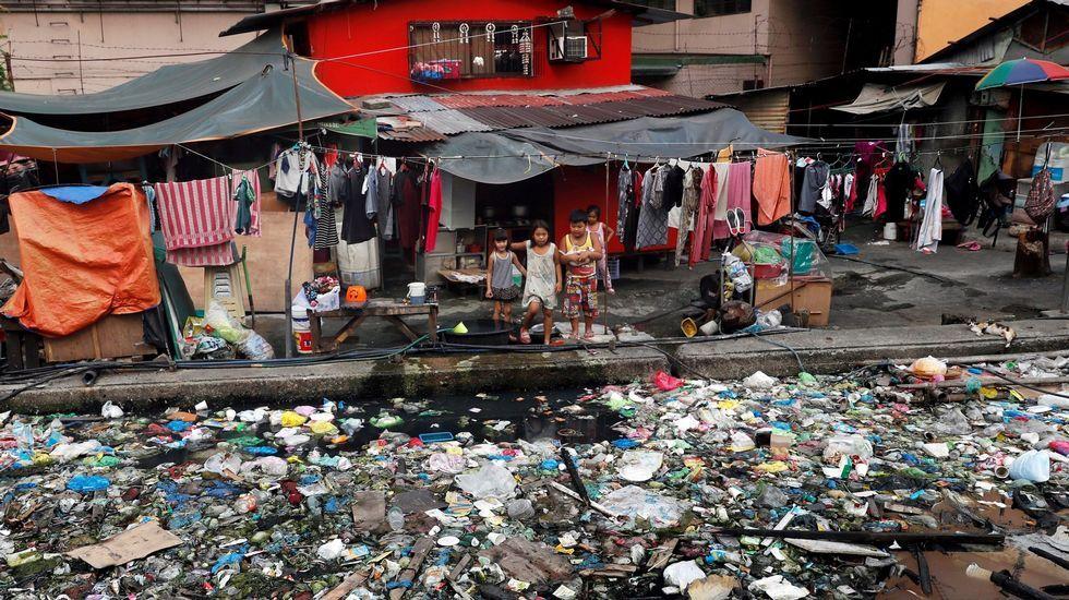 Un canal ocupado por lixo plástico en Manila. Filipinas é, segundo Greenpeace, o terceiro país asiático que máis plástico arroxa aos océanos