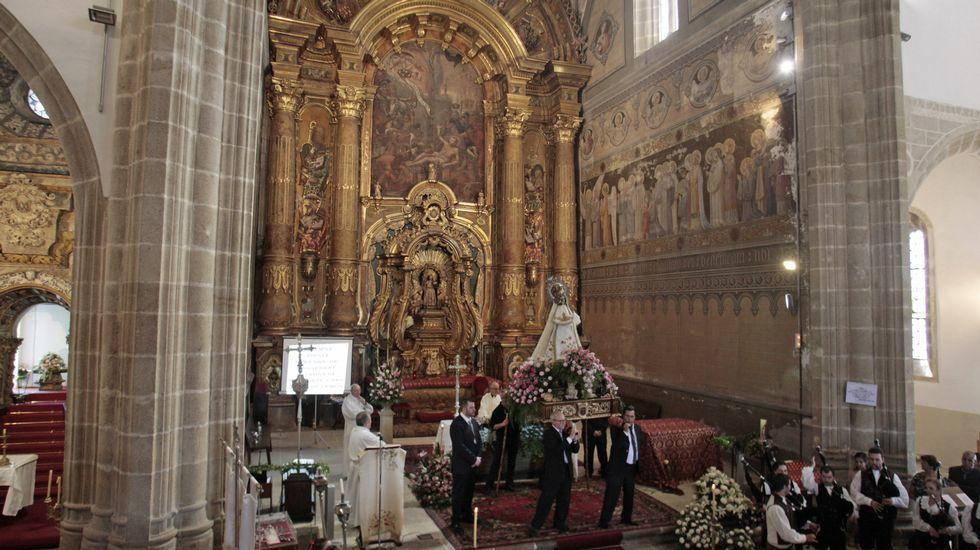 La procesión previa a la ofrenda floral, con la torre del castillo de San Vicente de fondo.La imagen de la virgen de Montserrat, de nuevo dentro de la iglesa tras la procesión y la ofrenda