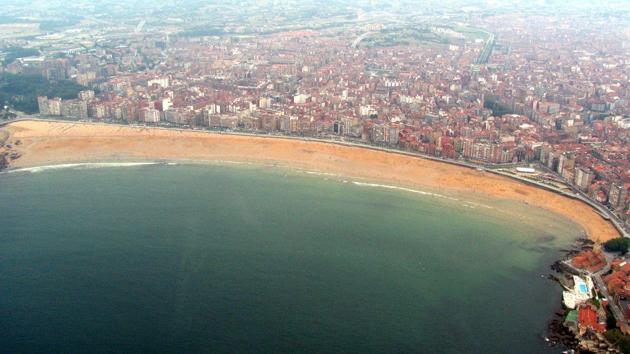 Vista aérea de la playa de San Lorenzo, de Gijón, en una imagen de archivo de 2007.Vista aérea de la playa de San Lorenzo, en una imagen de archivo de 2007