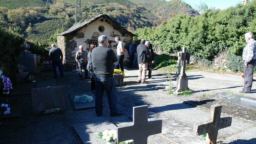 La nieve cubre de blanco las zonas altas de Galicia.Los vecinos supervisaron los trabajos en el cementerio.