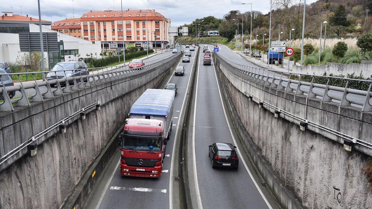 Atasco en la avenida del Ejército y la avenida de A Pasaxe por obras del carril bici en Linares Rivas.La Catedral de Oviedo