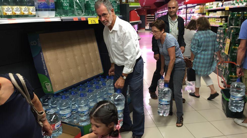 Desabastecimiento de agua embotellada en Alcampo ante  la prohibición de beber agua del grifo en Ferrol, Narón, Mugardos, Fene y Ares