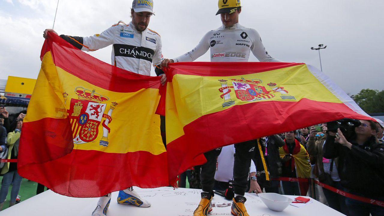 .Fernando Alonso y Carlos Sainz posan con la bandera de España