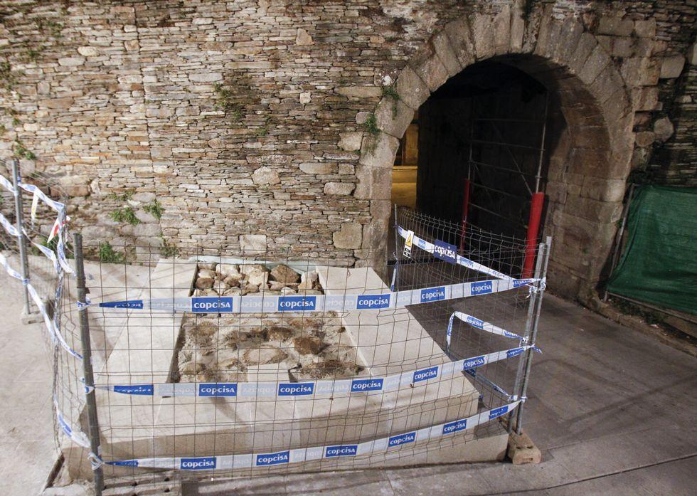 Los tres expertos de la Muralla con Aspnais.La representación del arranque de la torre tiene la altura que está realmente constatada.