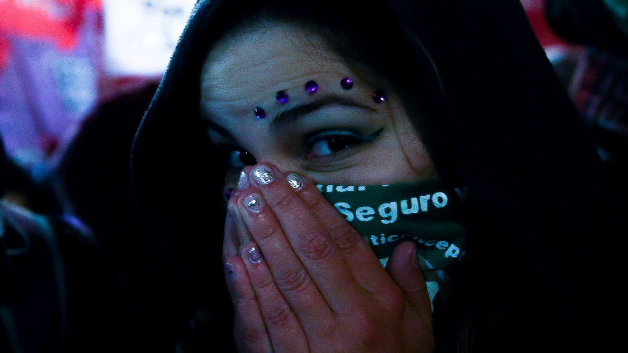 Una mujer partidaria de despenalizar el aborto se retira de la Plaza del Congreso en la madrugada de hoy, jueves 9 de agosto de 2018, en Buenos Aires (Argentina). El Senado de Argentina rechazó hoy sancionar un proyecto de ley que buscaba despenalizar el aborto hasta el cumplimiento de la semana 14 de gestación