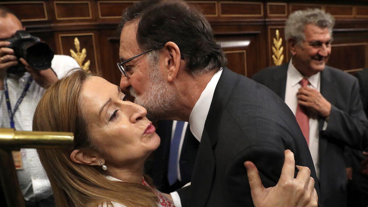 Mariano Rajoy abraza a Ana Pastor.