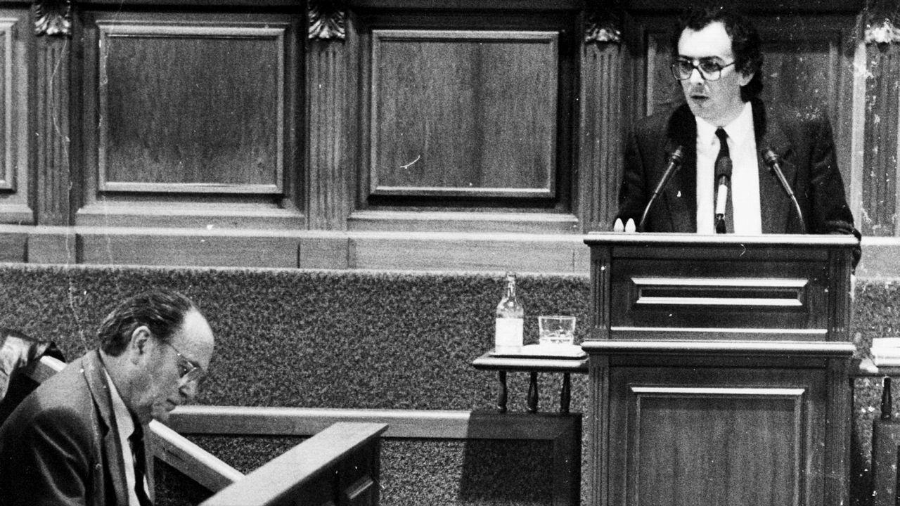 .Fernando González Laxe dirigiendose desde el estrado en su intervención en el Parlamento de Galicia a Gerardo Fernández Albor como presidente de la Xunta