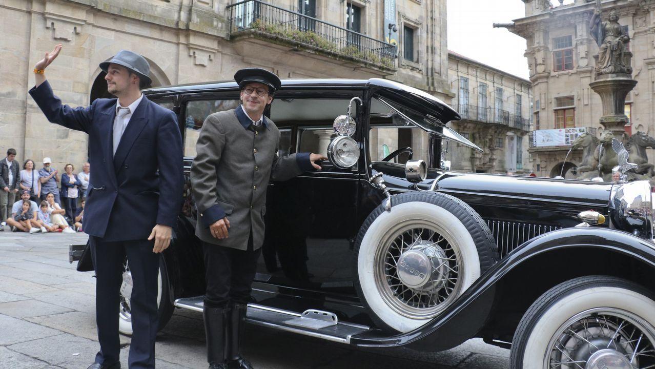 Compostela retrocede cien años con los coches y trajes clásicos.