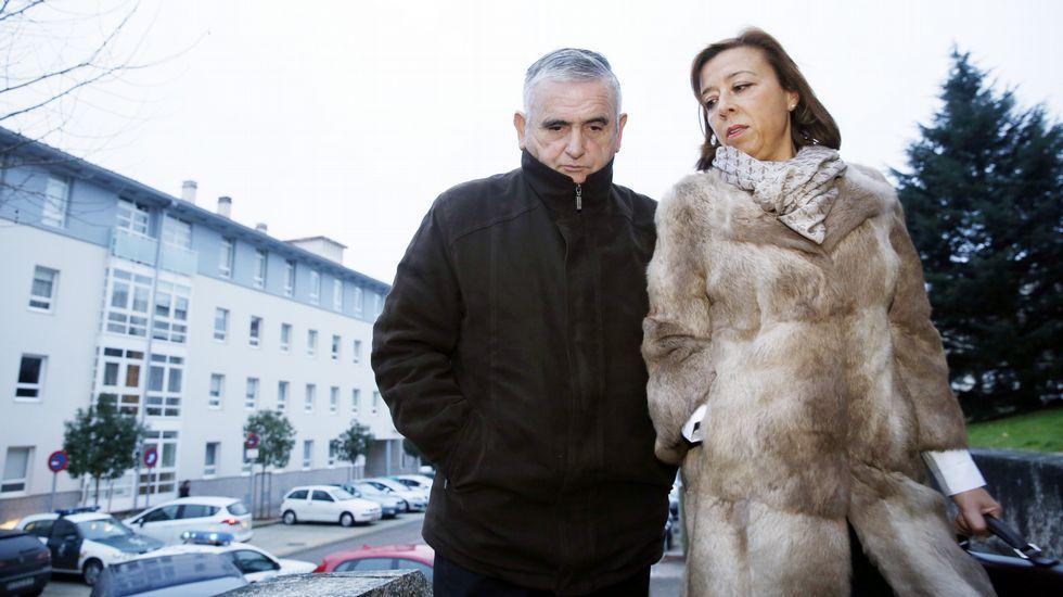 El electricista, con su abogada y su esposa, a su llegada al juzgado el martes.