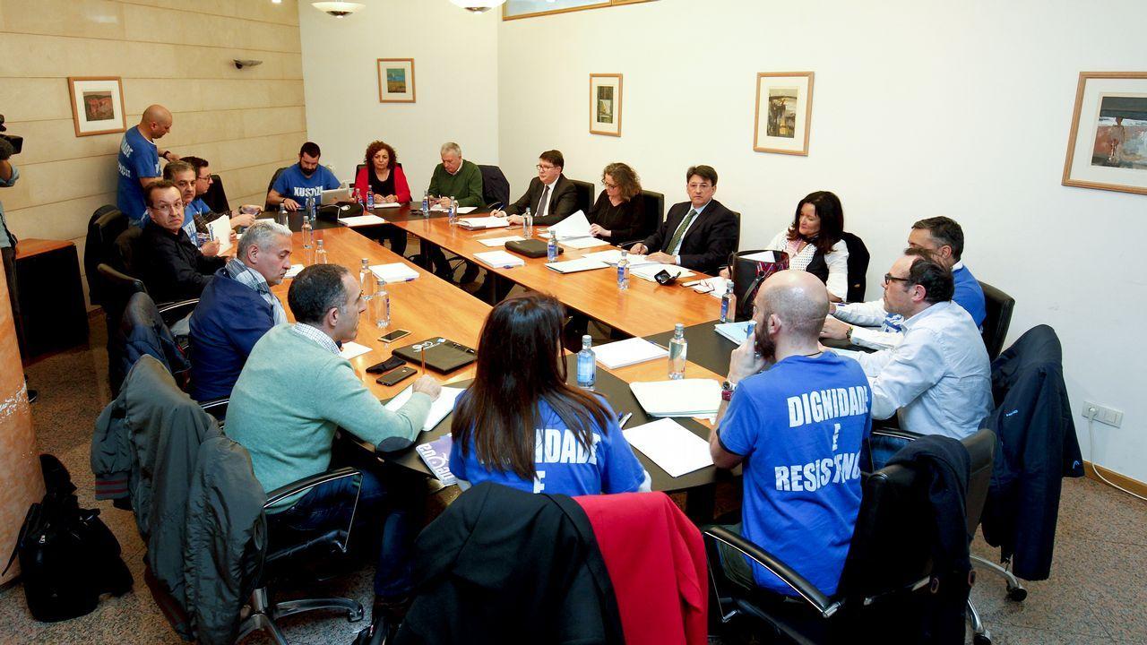 El PP reúne a cuatro mil personas en Amio.Pablo García -Berdoy, Núñez Feijoo y Jesús Gamallo, que presentó el Foro Galego do Brexit