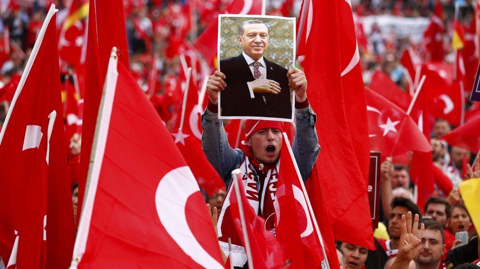 Multitudinaria manifestación de turcos en Alemania en defensa de Erdogan.