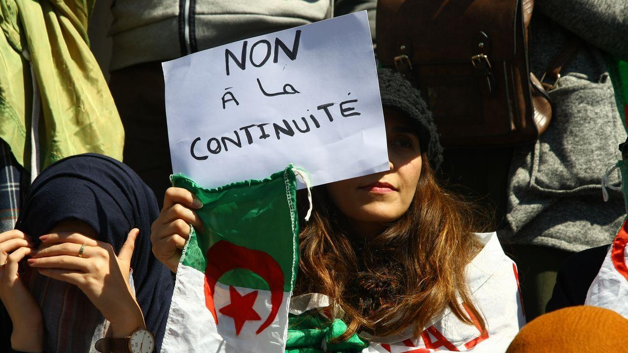 Protestas Argelia.Una mujer muestra una consigna contra la continuidad del régimen de Buteflika