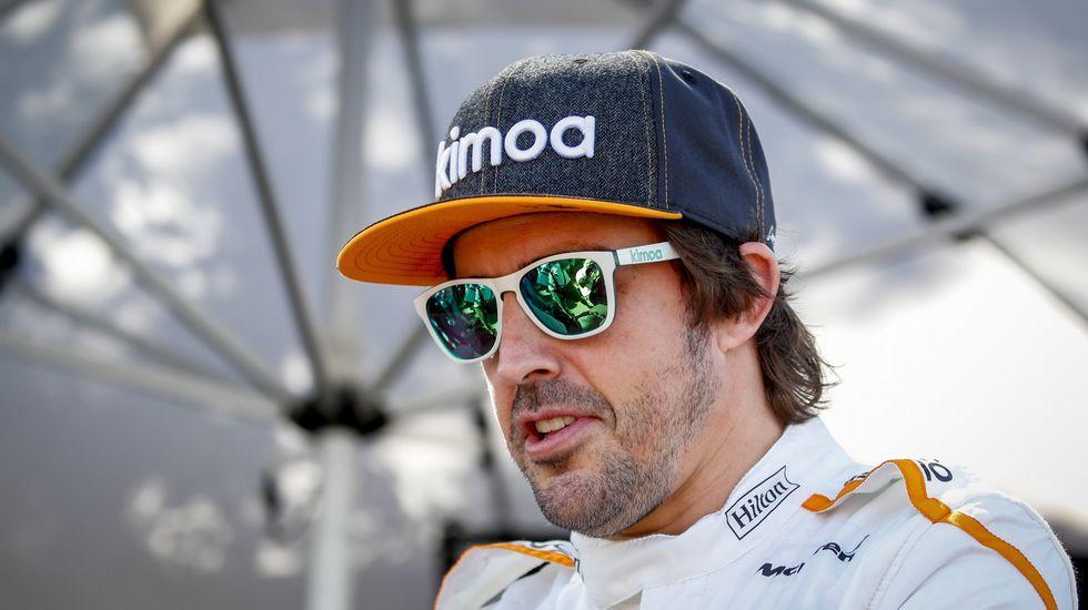 . El piloto español Fernando Alonso del equipo McLaren posa antes del Gran Premio de Australia de la Fórmula Uno 2018, en el Albert Park Circuit en Melbourne, (Australia)