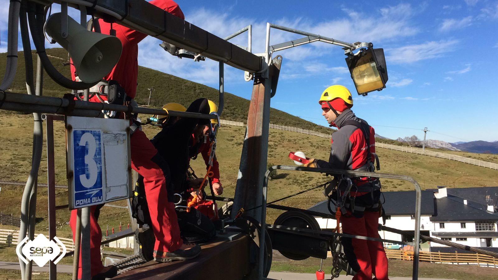 Ejercicio de rescate de telesilla en Valgrande Pajares