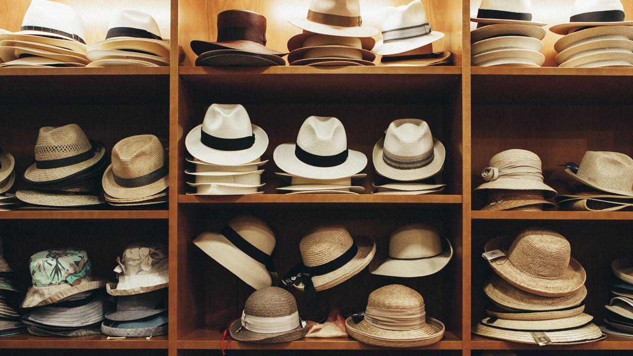 Sombreros en una estantería de la Sombrerería Albiñana, que envía pedidos a todo el mundo a través de Internet