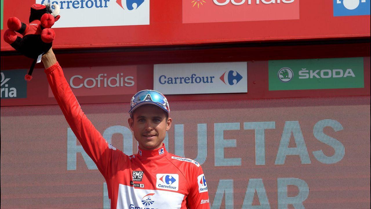 El ciclista francés del Groupama-FDJ Rudy Molard en el podio después de haber retenido el maillot rojo en la clasificación general después de la quinta etapa de la 73 edición de «La Vuelta», una ruta de 188,7 km desde Granada a Roquetas de Mar