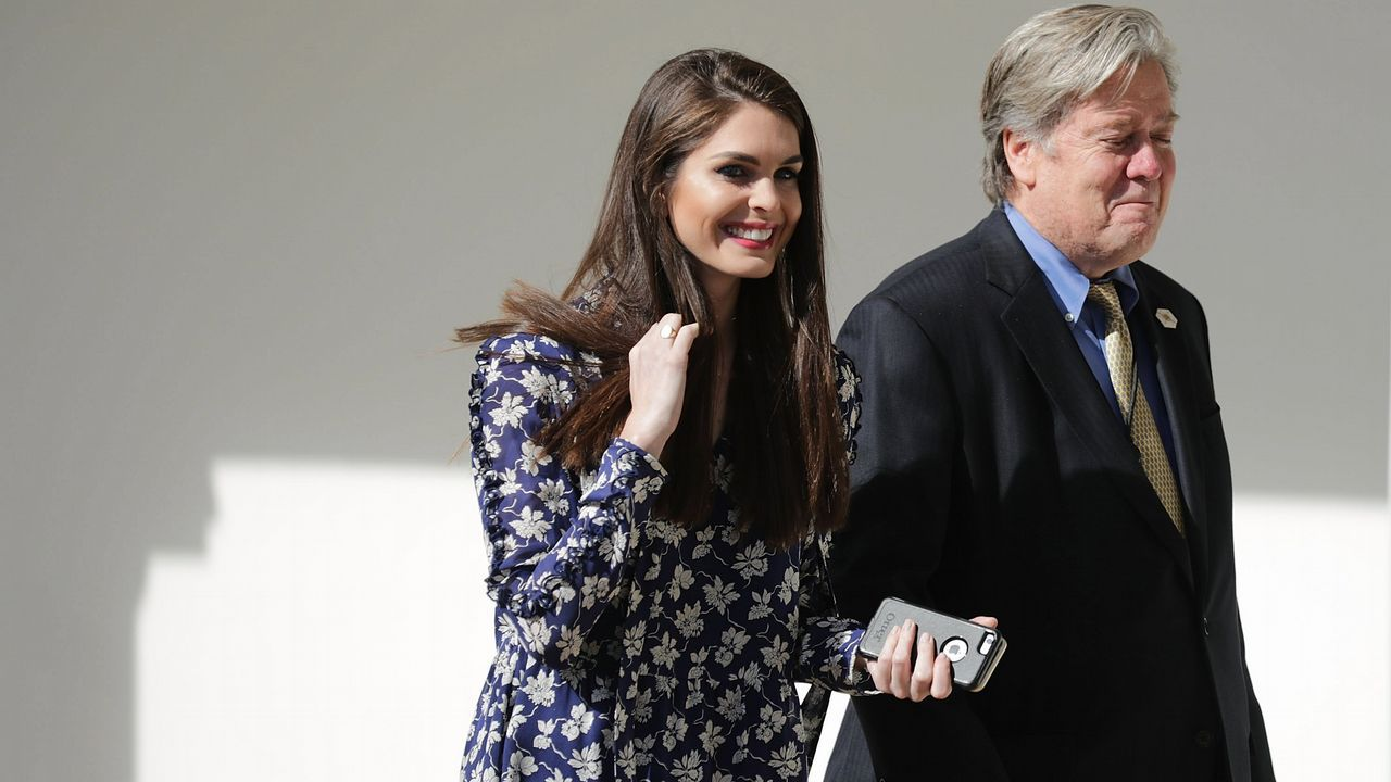 Hope Hicks junto Steve Bannon.