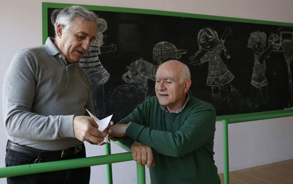 O académico Basallo fixo para Saco unha paxariña de papel, todo un símbolo do paso por Cisneros<span lang= es-es >. </span>