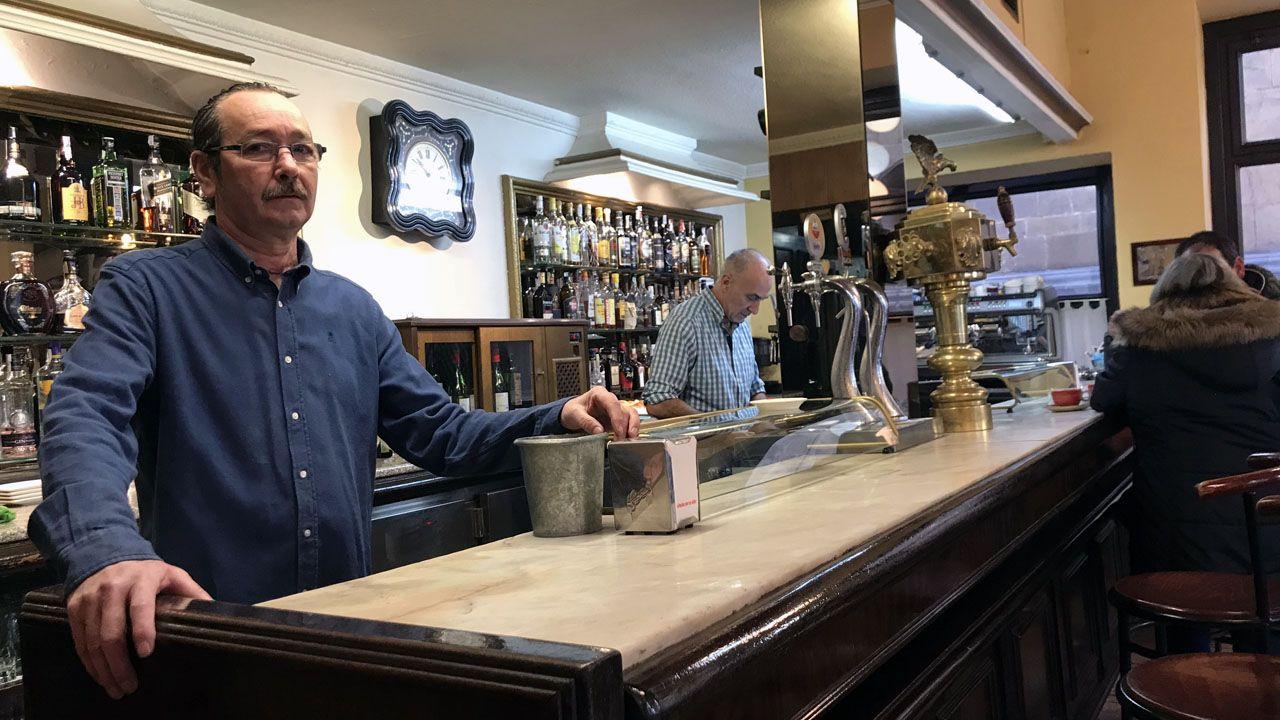 2.000 kilos de ayuda para Marruecos.Alfonso Rodríguez posa detrás de la barra del café El Dólar