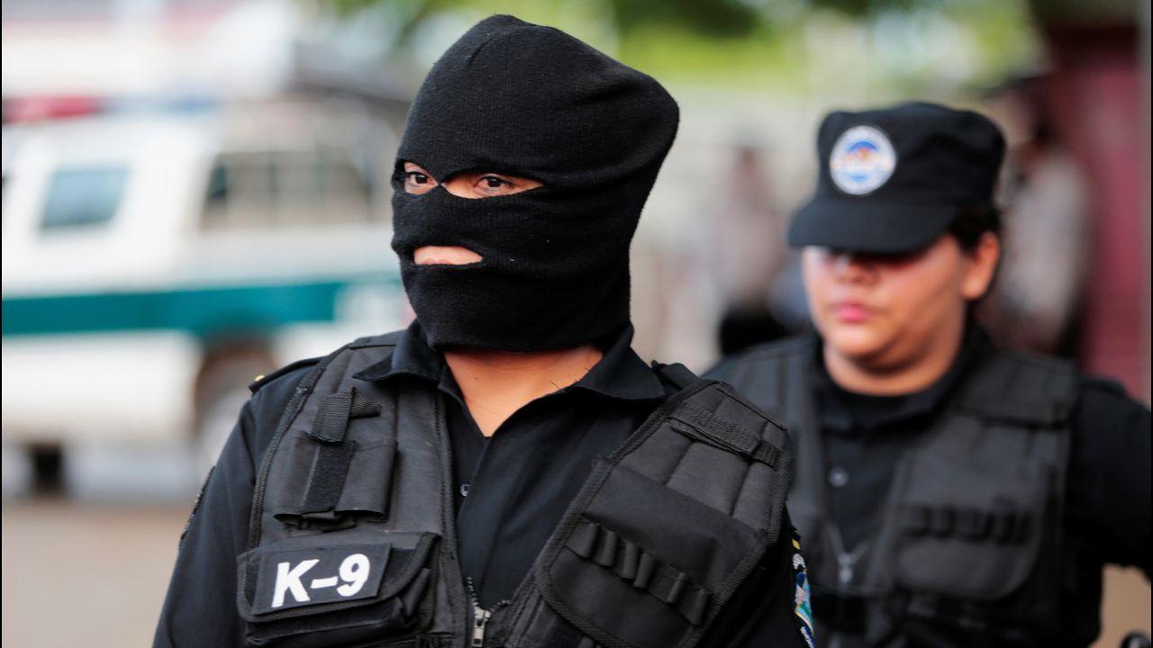 La policía protege la entrada de la prisión La Modelo, en Tipitapa (Nicaragua)