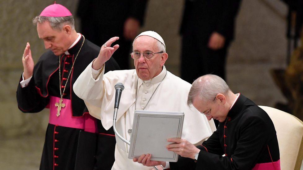 «Es hora de que las armas callen definitivamente».El padre Ángel y Javier Fernández, rodeados de integrantes de Mensajeros por la Paz, en Madrid