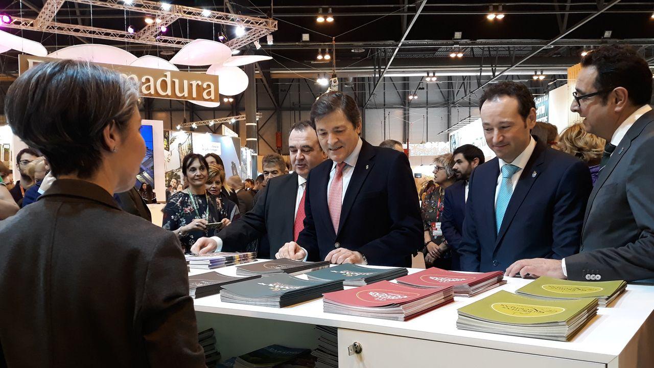 Javier Fernández visita el estand de Asturias en Fitur junto con el portavoz del Principado, Guillermo Martínez, el consejero de Turismo, Isaac Pola y el director general de Comercio y Turismo, Julio González Zapico.