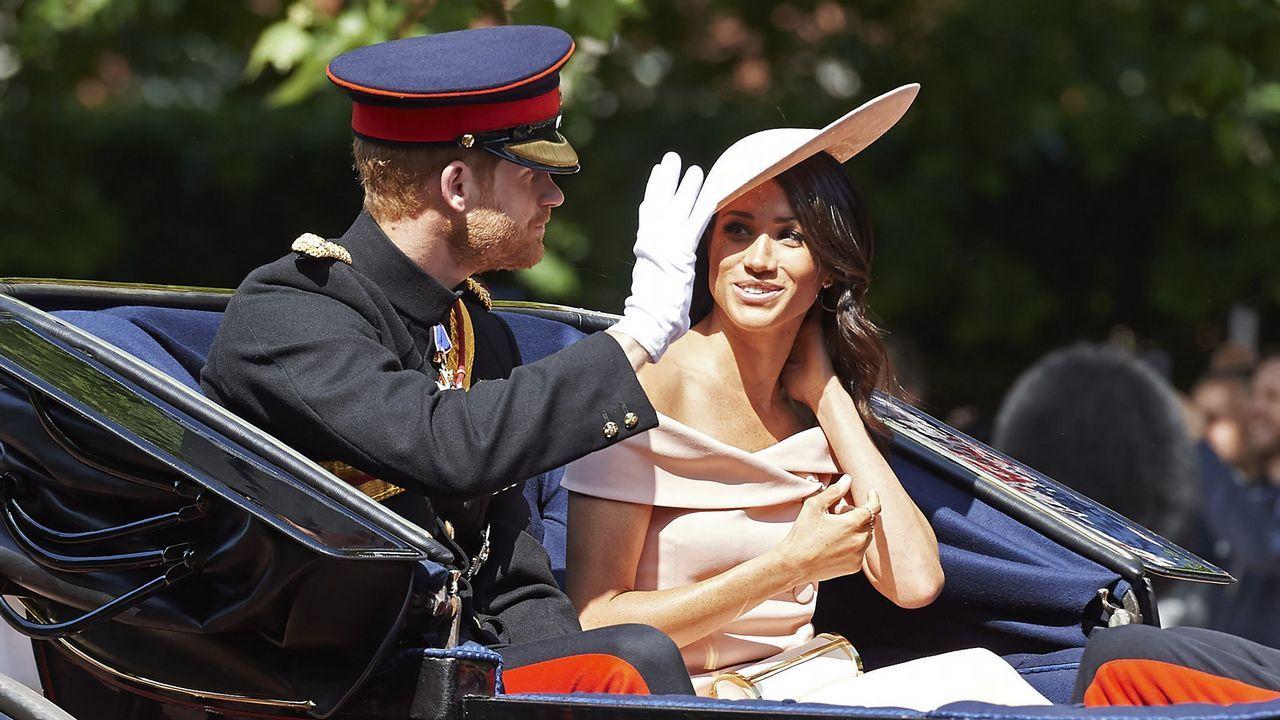 El príncipe Enrique y Meghan presencian los desfiles en honora Isabel II.