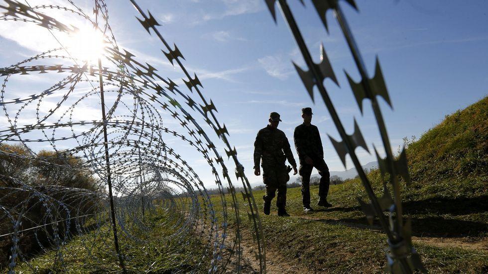 Eslovenia levanta verjas con espino en su frontera con Croacia.