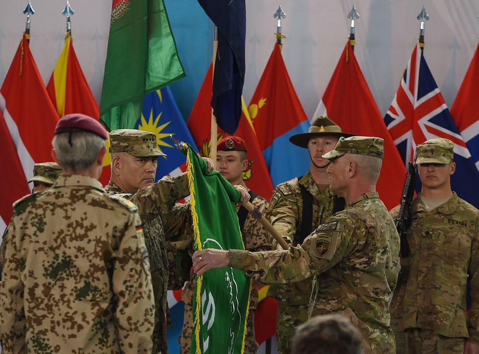 Histórica manifestación contra el terrorismo en París.El general estadounidense John Campbell pliega la bandera de la ISAF en un acto en Kabul.