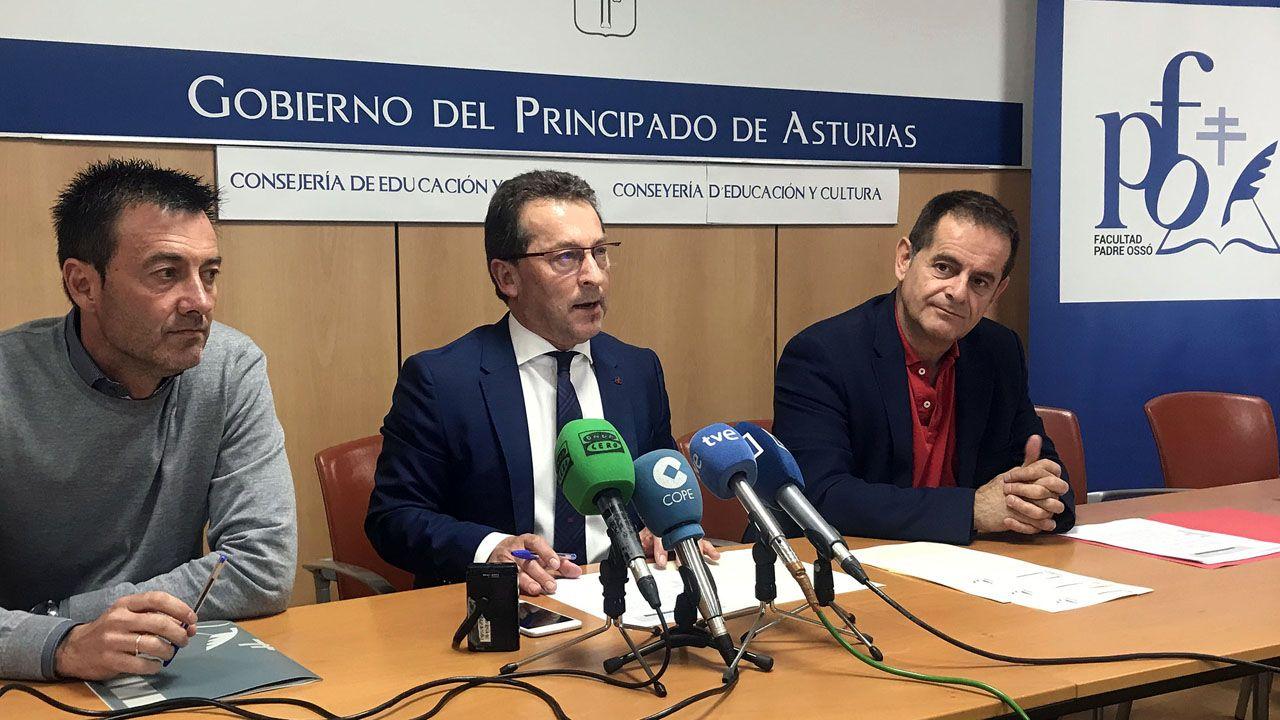 De izquierda a derecha: El decano de la Facultad Padre Ossó, José Prieto; el consejero de Educación y Cultura, Genaro Alonso; y el director general de Ordenación Académica e Innovación Educativa, Francisco Laviana