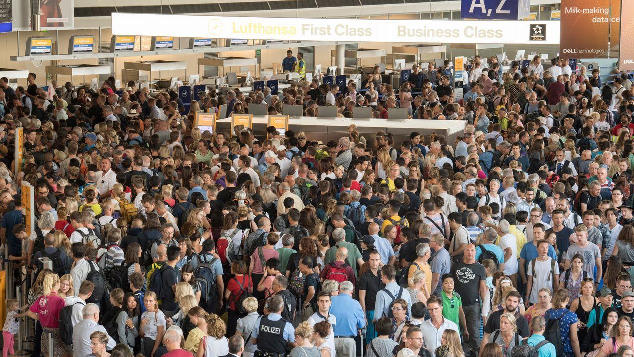 .Miles de pasajeros aguardan en el hall A de la Terminal 1 del aeropuerto de Fráncfort