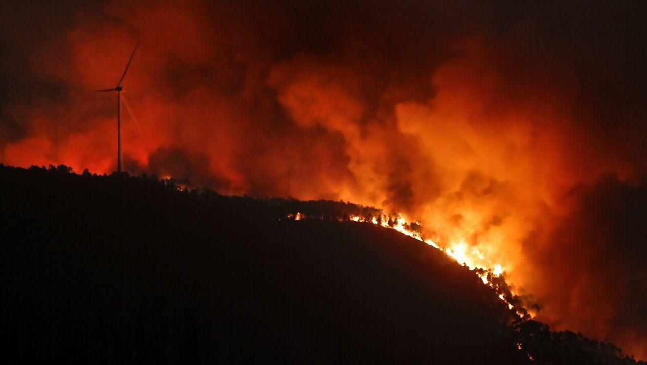 Imágenes del incendio iniciado en Dodro y que se extendió a Rianxo.Incendio en Caldas de Reis durante octubre de 2017