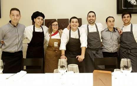 El equipo de Nova Restaurante, al frente del cual están Daniel Guzmán (apoyado en la silla) y Julio Sotomayor (a su izquierda).