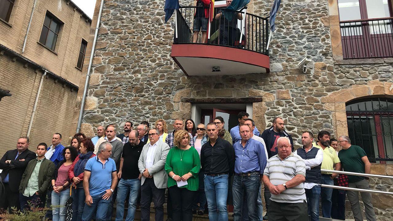 Concentración en Riosa para condenar las amenazas a los concejales de IU.El concejal de Economía y Empleo, Rubén Rosón