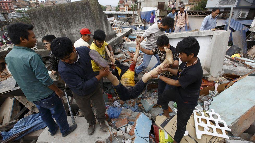 Una casa colapsada en Katmandú