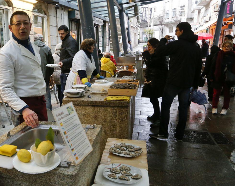 Ayer todavía quedaban en la calle de las ostras los turistas más rezagados.