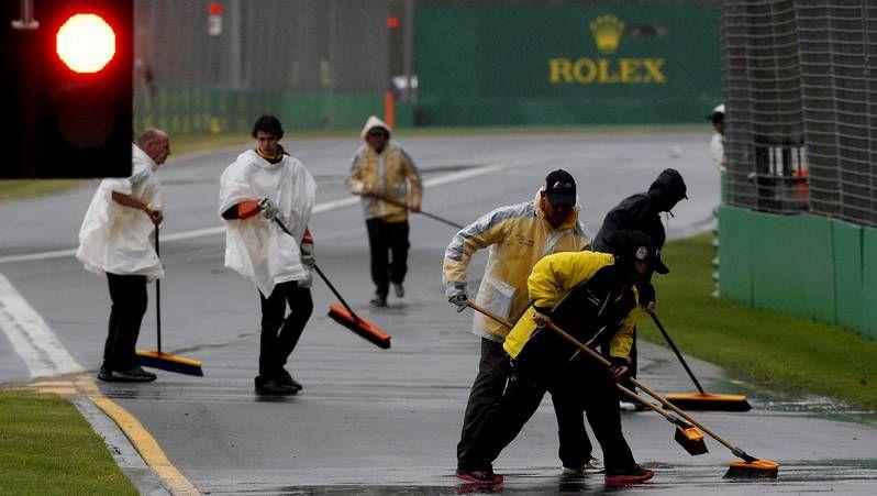 La lluvia aplaza la calificación en Australia.Pérez, durante una parada en boxes