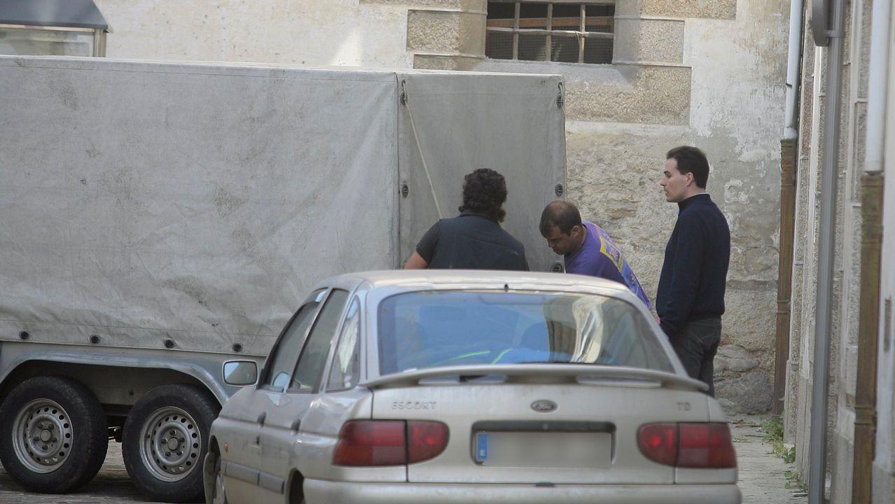 El expárroco (izquierda), acompañado de su abogado en una foto de archivo tomada en Mondoñedo en el 2013.