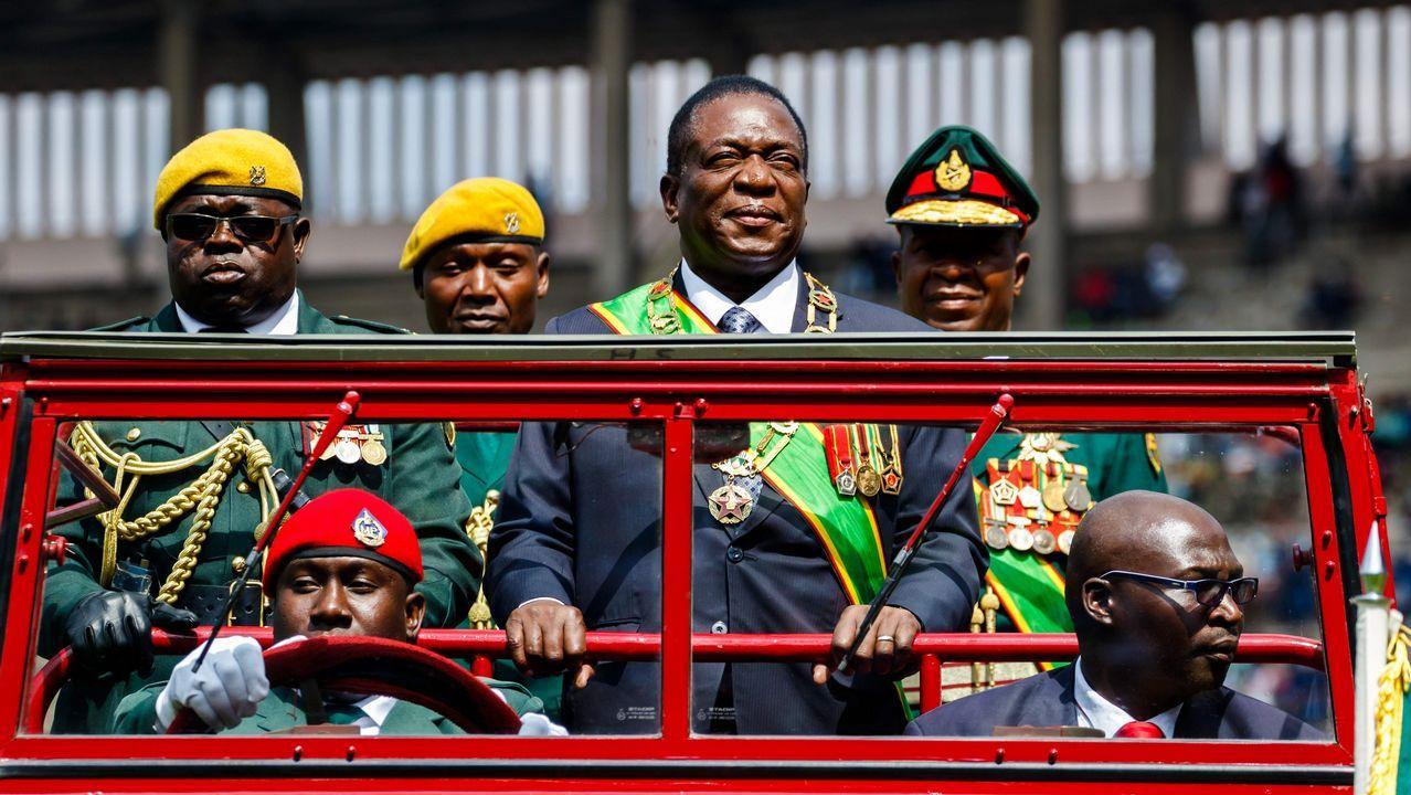 El presidente de Zimbabwe, Emmerson Mnangagwa inspecciona la guardia de honor desde un coche durante las celebraciones del Día de las Fuerzas de Defensa celebradas en el Estadio Nacional de Deportes en Harare