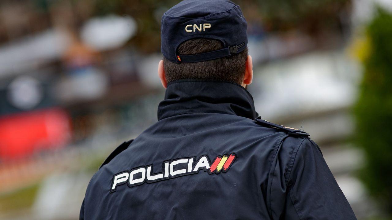 Detención a la fuerza de una mujer en Nueva York.Imagen de archivo de la Autopista M-12 que conecta Madrid con el aeropuerto