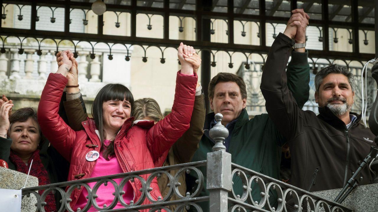 6.000 personas arropan en Huelva a familiares de víctimas por muerte violenta.Ruth Ortiz, madre de Ruth y José, primera por la izquierda, junto a otras victimas en la concentración de Huelva