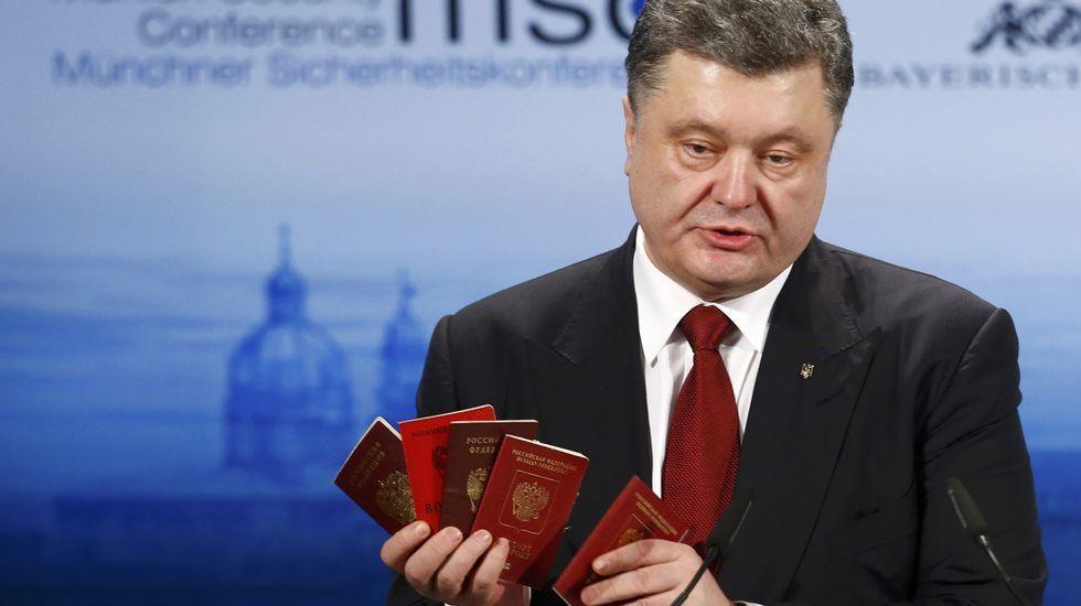 Poroshenko,  con pasaportes rusos en las manos
