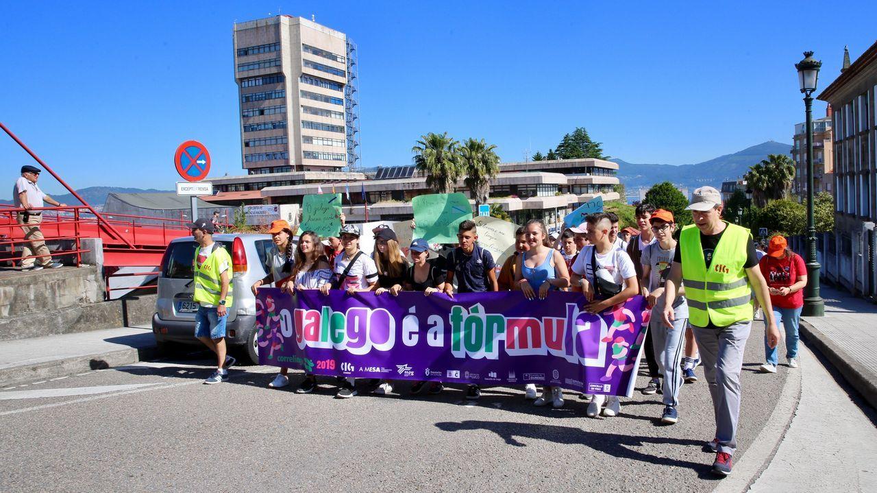 Os escolares de Vigo e área defenden o galego.Jesús Vázquez Almuiña y Félix Rubial en una visita al centro de salud de O Porriño