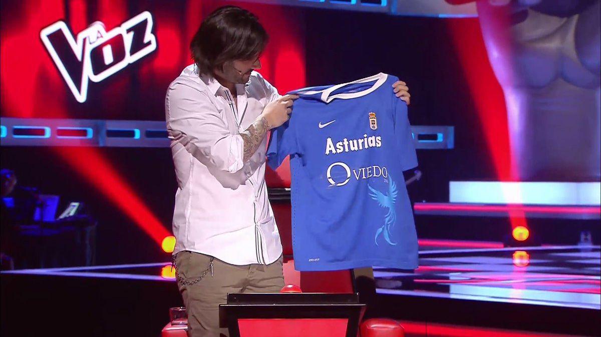 Melendi presume de oviedismo en La Voz.Melendi posando con la camiseta del Real Oviedo en La Voz