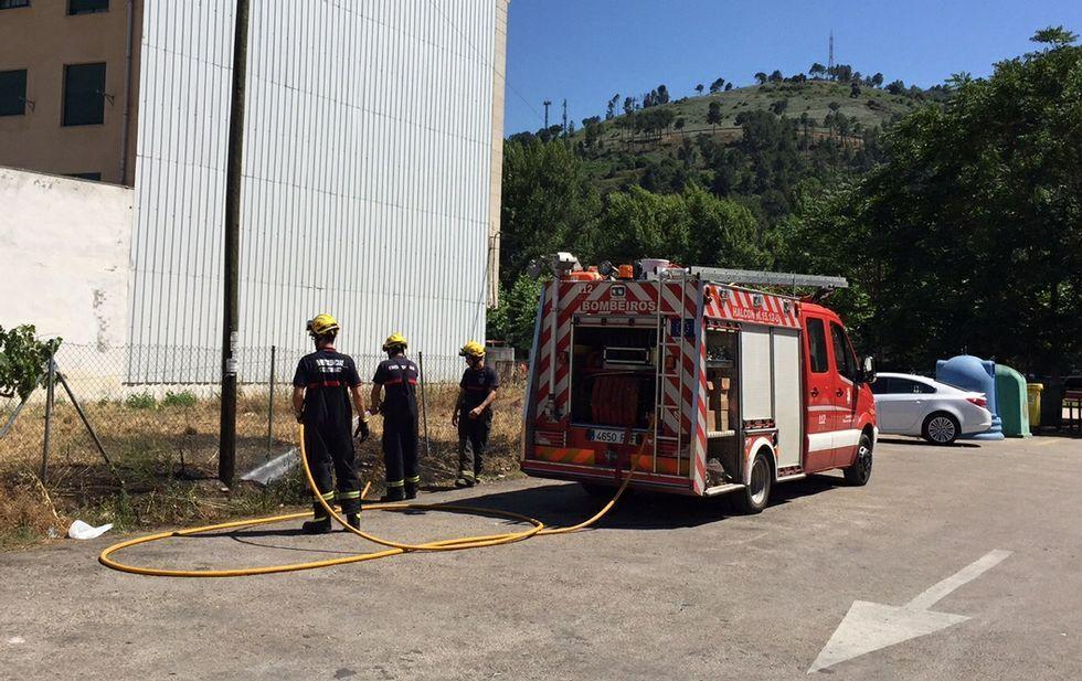 El GES de O Barco de Valdeorras trabajando en la extinción de un pequeño incendio en un solar.