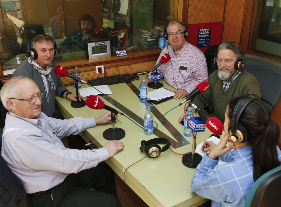 De izquierda a derecha, Gabín, Canosa, García y Mira, ayer en Radio Voz, con Verónica Couto.