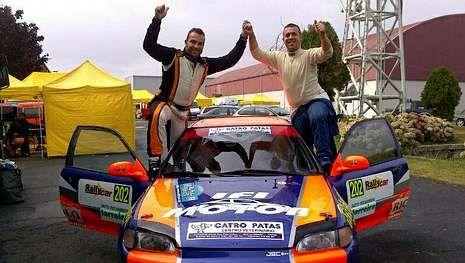 Murado -copiloto- y Mascaró, celebran la victoria.
